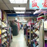一面布の海!台北迪化街にあるローカルな布市場「永樂布業商場」
