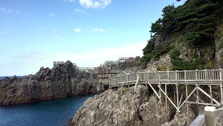 赤崎遊歩道|神津島一押しの岸壁に設置された美しい木製遊歩道