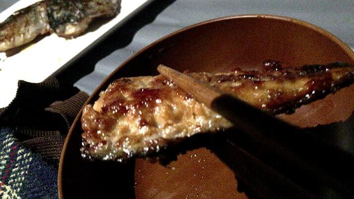 サバの干物をガーリックバター醤油ソテーにして釣りメシ!|神津島釣りキャンプ