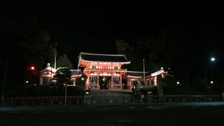 """京都「八坂神社」全国に数千ある神社の総本社""""祇園さん""""の夜を訪ねる"""