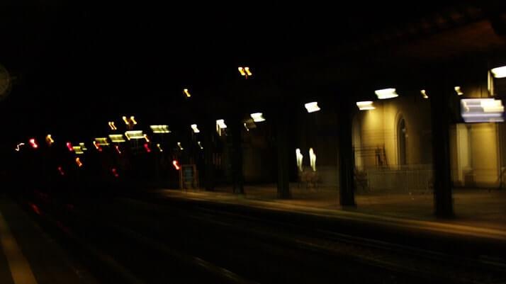 電車のホームで夜を明かす…ドイツの霧がかる町で過ごした長い夜