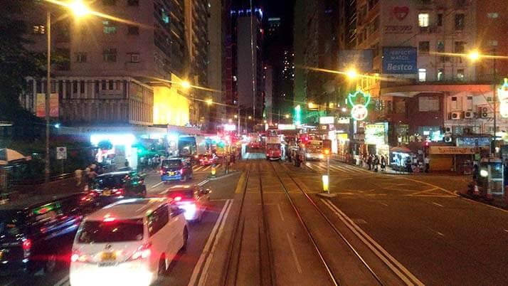 香港島では2階建てトラムに乗って夜の香港の街を眺めてみては?