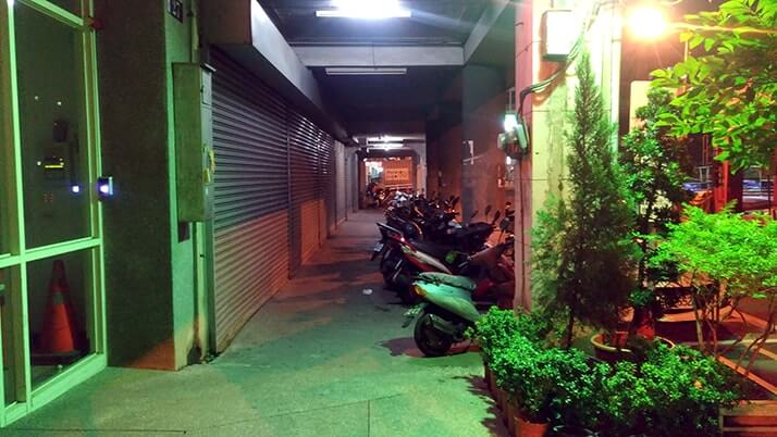 深夜、台中駅近くのネットカフェで仮眠!まるで迷宮珍体験!!
