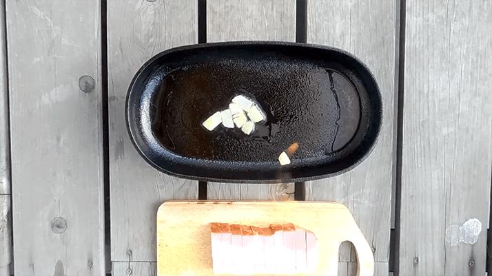 スキレットでポテトとベーコンのチーズ焼き!ビールの最強お供