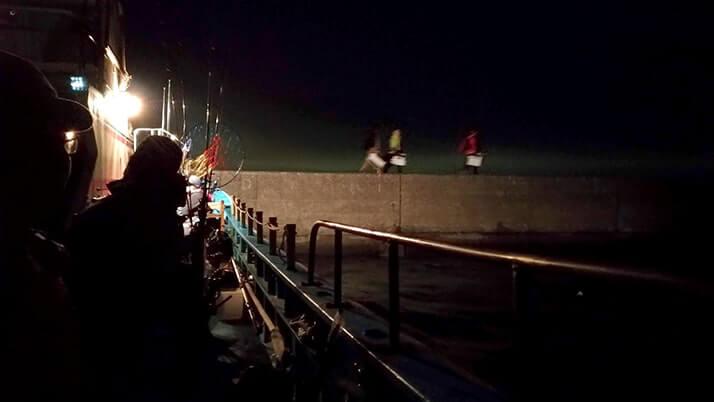 渡し船「栄宝丸」で木更津沖堤防へ!船や沖堤防釣りの様子公開!