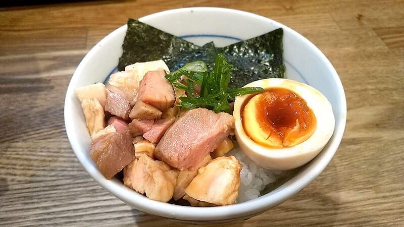 立石「自家製麺 純」で地鶏(醤油)ラーメンと低温チャーシュー丼
