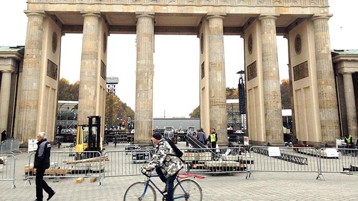 ドイツベルリンの年末年越し!飛び交う爆竹と割られる瓶!!