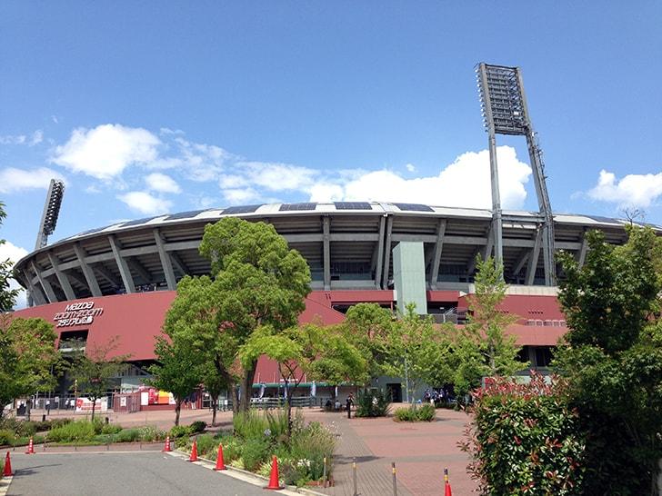 広島カープの本拠地「マツダスタジアム」へ!ローソンも赤?
