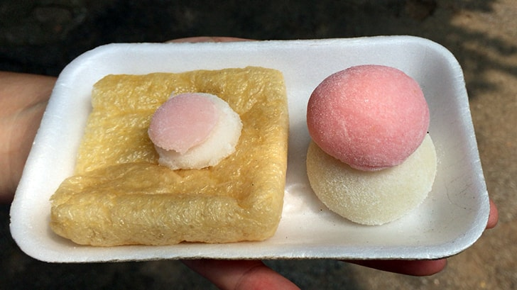 赤坂の豊川稲荷東京別院にお礼参り 揚げと餅のお供え物