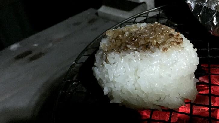 熱海の老舗『釜鶴ひもの店』のあじの干物を七輪で焼いて食す