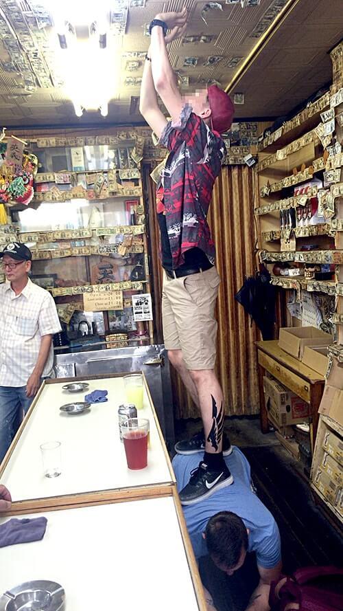 壁一面1ドル札だらけ!汐入駅近くの立飲み屋「ヒデヨシ商店」